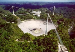 Il National Astronomy and Ionosphere Center (NAIC, Centro Nazionale per l'Astronomia e la Ionosfera), meglio conosciuto come radiotelescopio di Arecibo, è gestito dalla statunitense Cornell University, ma è situato sull'isola di Porto Rico (fuori dal territorio U.S.A.).