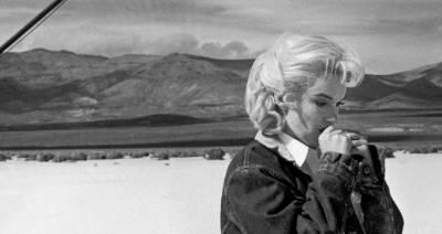 Gli spostati, John Husto, 1961