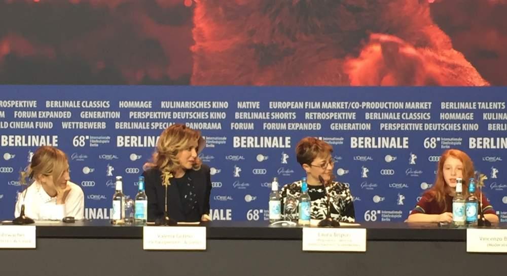 Valeria Golino e Alba Rohrwacher, bacio saffico sul red carpet