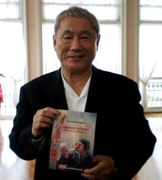 Takeshi Kitano al Festival di Venezia 2008 mostra orgoglioso la copia del nostro libro