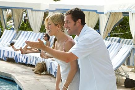Adam Sandler e Jennifer Aniston in Just Go With It di Dennis Dugan