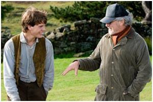 Jeremy Irvine e Steven Spielberg sul set di WAR HORSE