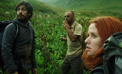 Gael García Bernal e Hani Furstenberg in The Loneliest Planet, di Julia Loktev